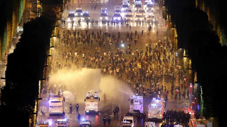 Disturbios en el centro de París tras la victoria de Francia en el Mundial de fútbol.