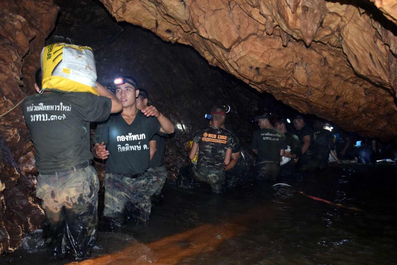 Soldados del ejército de Tailandia trabajan en el drenaje de los túneles de la cueva de Tham Luang.