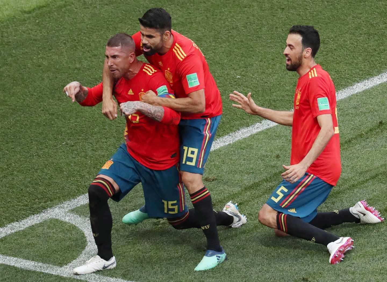 Sergio Ramos celebra el primer gol de España.
