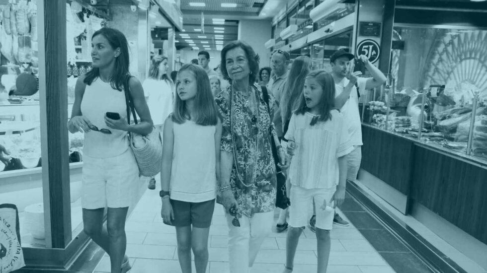 La reina Letizia, acompañada de sus hijas la princesa Leonor, y la infanta Sofía, junto a la reina Sofia, en el Mercado del Olivar de Palma de Mallorca.