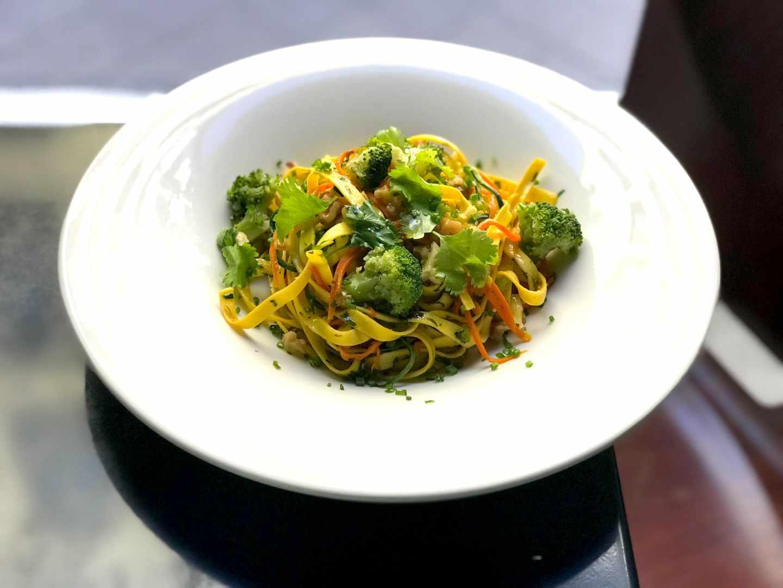 Tagliatelle salteado con brócoli, tallarín de calabacín, nueces y trufa.