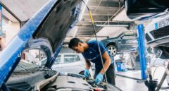 Un mecánico trabaja en el arreglo de un coche