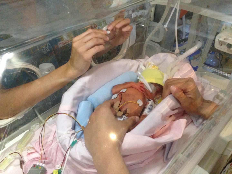Un niño prematuro en el Hospital Sant Joan de Deu en Barcelona.