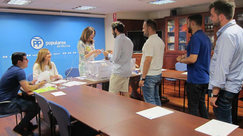 Una cola de afiliados en la sede del PP de Murcia en las primarias populares.