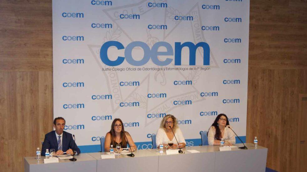 El presidente del Colegio de Odontólogos de Madrid, Antonio Montero, con tres afectadas de Madrid de las clínicas de iDental.