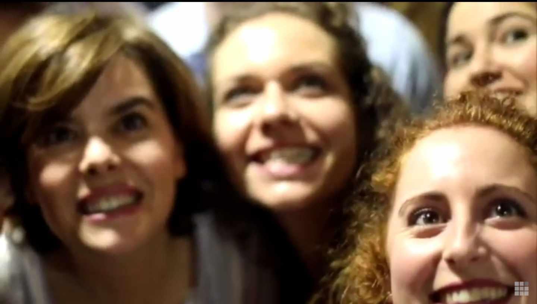 Fotograma del vídeo de apoyo a Soraya Sáenz de Santamaría.