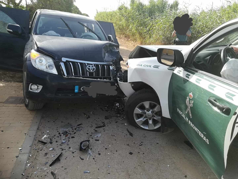 Un vehículo de la Guardia Civil, tras ser embestido por un todoterreno de los narcos en La Línea (Cádiz).