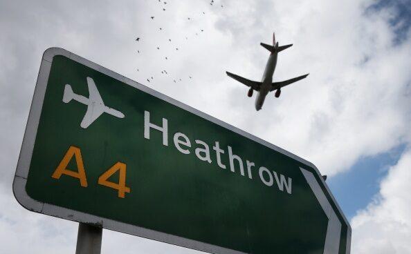 Una señal indica el acceso al aeropuerto de Heathrow.