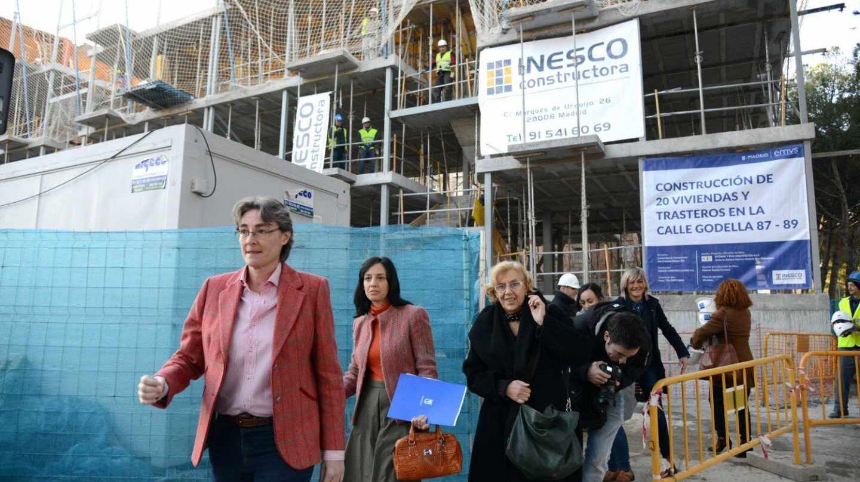 Carmena, Higueras y ediles de la oposición visitan una promoción de vivienda social en febrero de 2017.