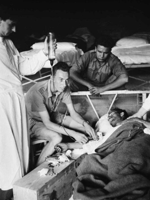 Reginald Saxton haciendo una transfusión en la cueva.