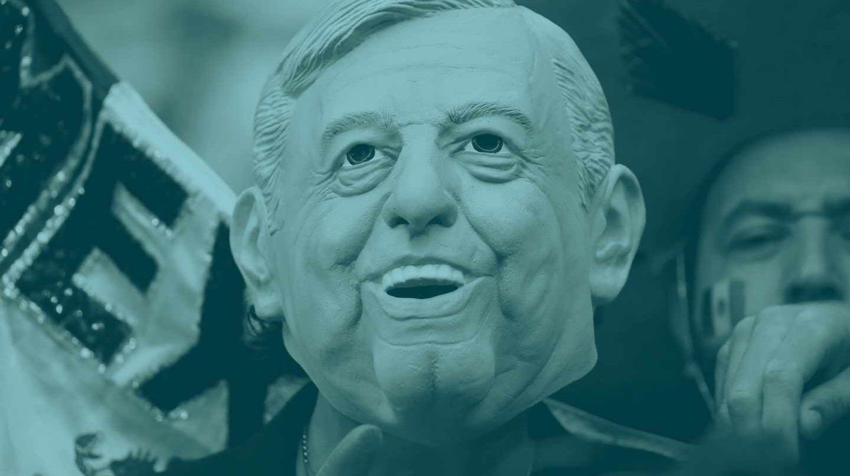 Un aficionado mexicano, con una máscara de López Obrador durante el Brasil-México de este lunes.