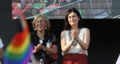 Manuela Carmena, junto a la ministra Carmen Montón durante la manifestación del Orgullo LGTBI en Madrid.