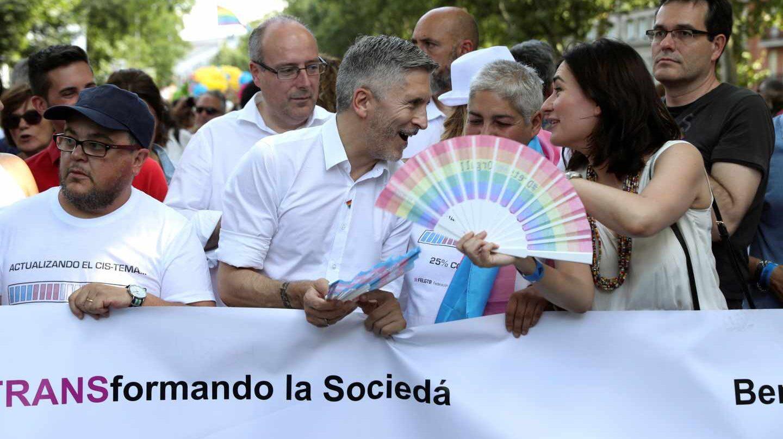 El ministro del Interior, Fernando Grande-Marlaska, en la cabecera de la manifestación del orgullo junto a la ministra de Sanidad, Carmen Montón.