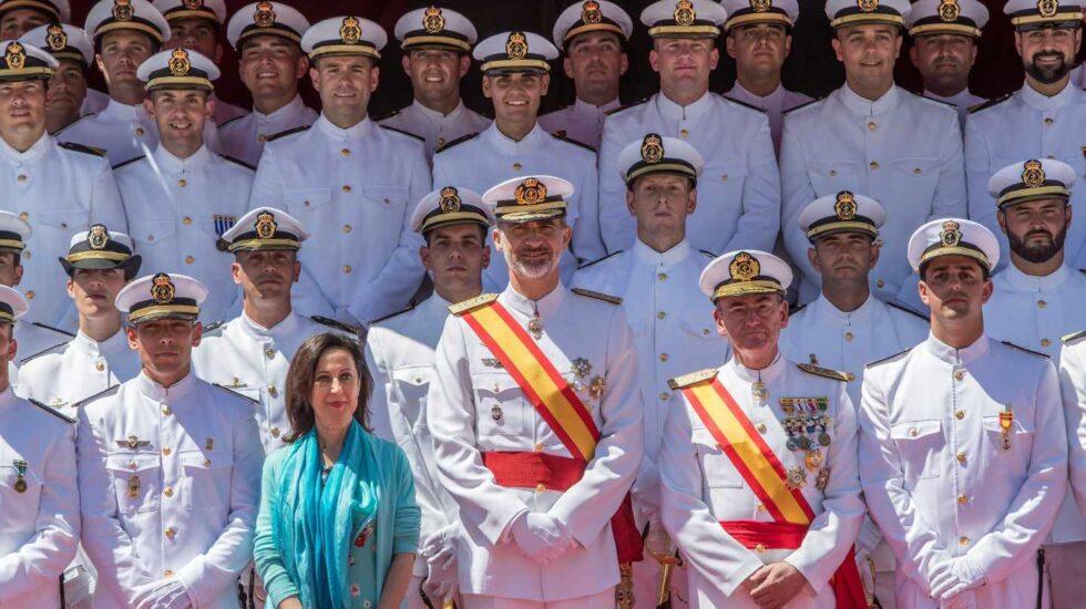 El rey Felipe VI acompañado de la ministra de Defensa, Margarita Robles, durante la entrega de reales despachos.