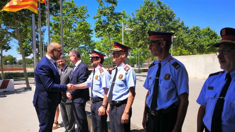 El conseller Miquel Buch saluda al comisario de los Mossos Ferran López.