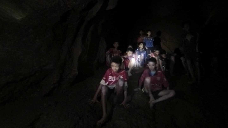Los 12 menores y su entrenador, atrapados en la cueva tailandesa de Tham Luang.
