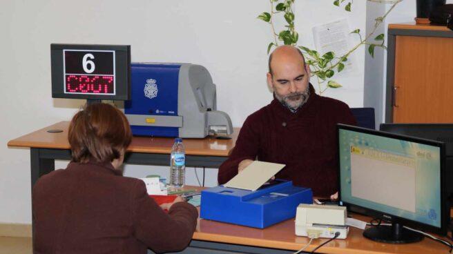 Una mujer renueva su DNI en una oficina de Huelva.