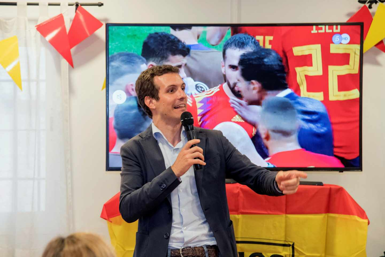 Pablo Casado, siguiendo desde un bar de Lleida el España-Rusia del Mundial de fútbol.