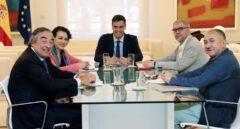 Sánchez se compromete a escuchar a la patronal antes de plantear una subida del SMI