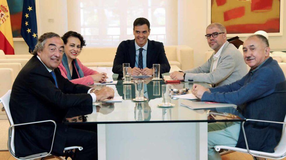 El presidente del bobierno Pedro Sánchez (c), la ministra de trabajo Magdalena Valerio, el presidente de CEOE Juan Rosell (i), y los sec generales de UGT Pepe Álvarez, y CCOO Unai Sordo (2d), durante la reunión mantenida esta mañana en el Palacio de La Moncloa.