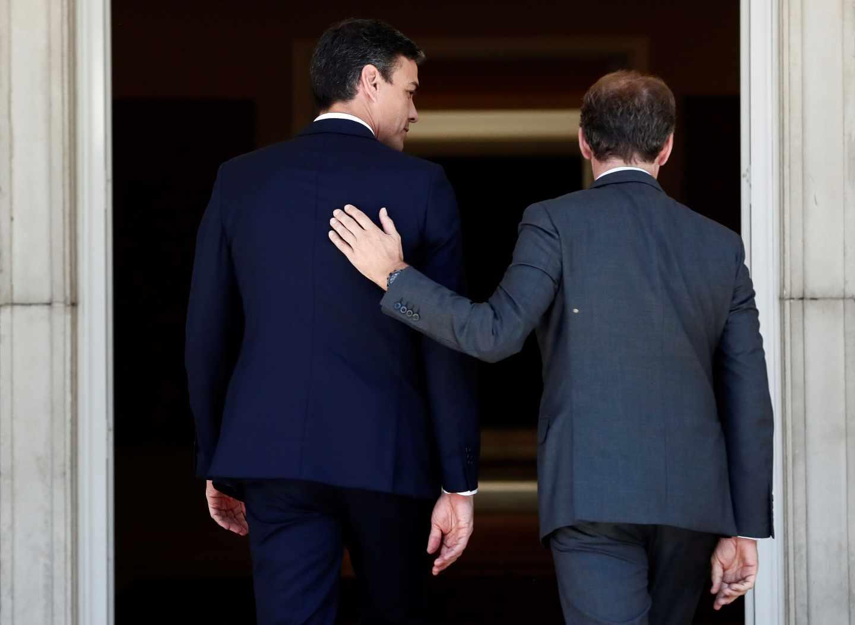 El presidente del Gobierno, Pedro Sánchez, recibe en La Moncloa al presidente de la Xunta de Galicia, Alberto Núñez Feijóo.