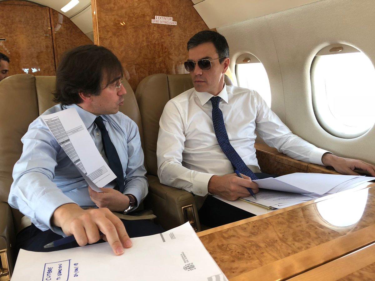 Pedro Sánchez, con gafas de sol junto a un colaborador en el Súper Puma.