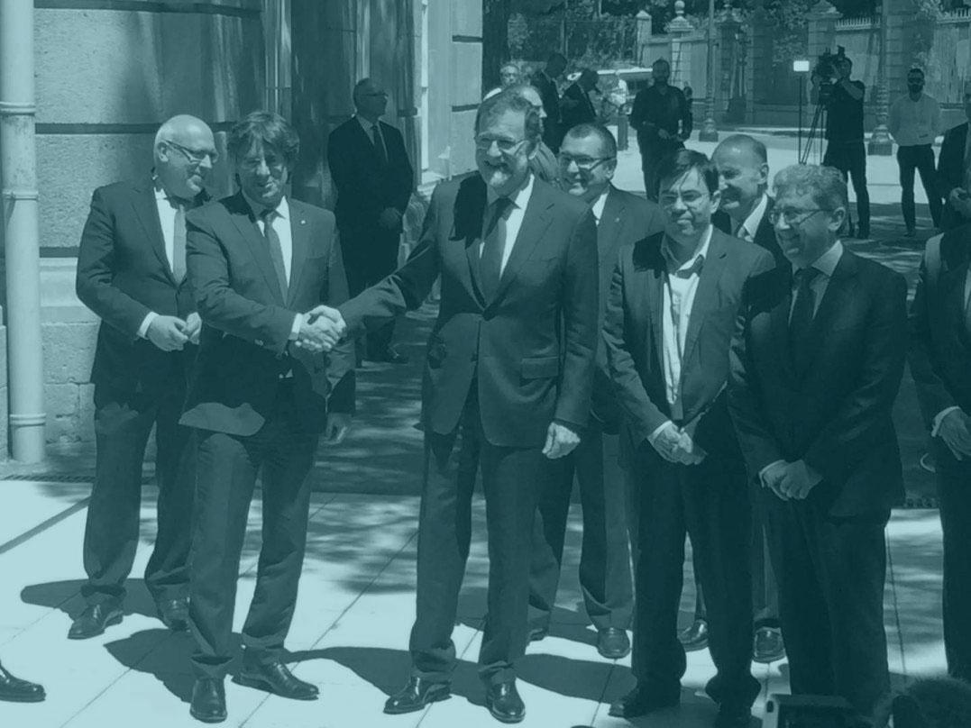 Puigdemont y Rajoy se saludan en Barcelona.