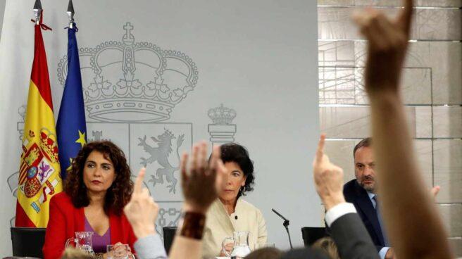 La portavoz del Gobierno, Isabel Celaá, acompañada por la ministra de Hacienda, María Jesús Montero, y el titular de Fomento, José Luis Ábalos.