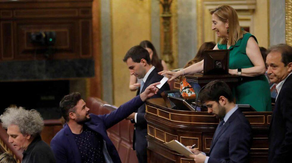 Gabriel Rufian vota ante Ana Pastor.