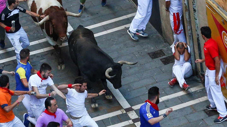 Un toro de la ganadería gaditana de Núñez del Cuvillo a su paso por la calle Estafeta durante el quinto encierro de San Fermín 2018.
