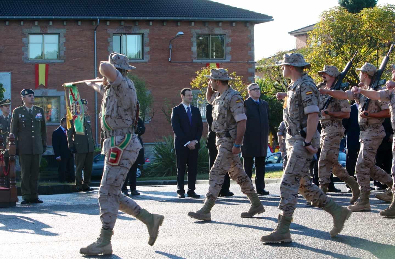 Soldados del ejército de España desfilan durante un acto oficial.