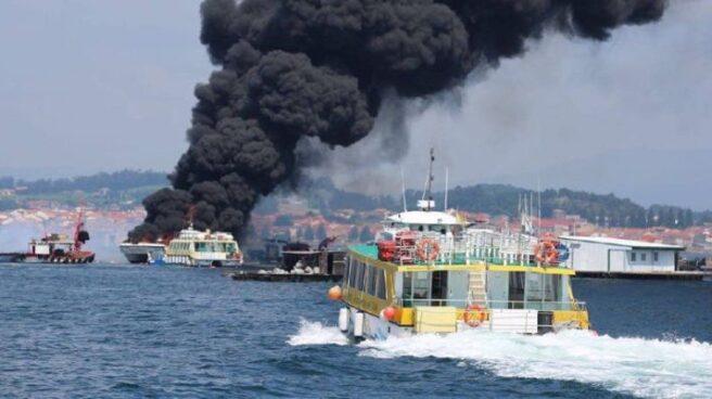 Arde un catamarán en La Toja.