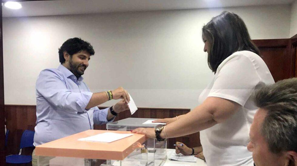 El presidente de Murcia, Fernando López Miras, vota en las dos urnas habilitadas en las primarias del PP.