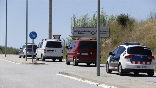 Los presos independentistas llegan a la cárcel de Brians en vehículos sin identificación policial.