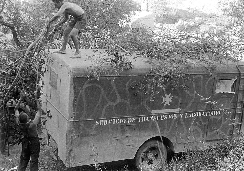 Camuflando el camión de transfusiones de la Unidad Médica Británica.