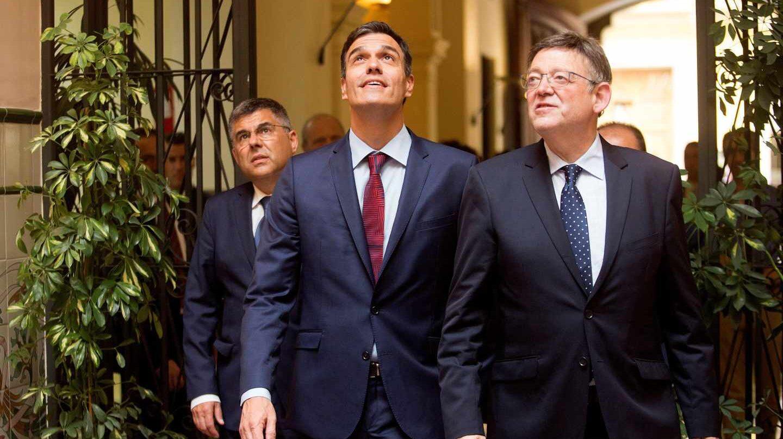 El presidente del Gobierno, Pedro Sánchez (c), junto al president de la Generalitat valenciana, Ximo Puig.