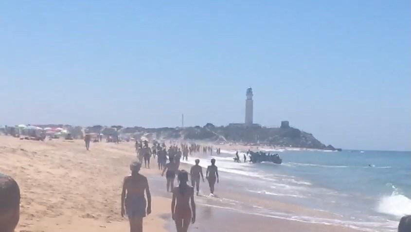 Inmigrantes llegando a la playa de Zahora, Cadiz.