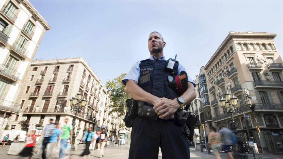 Un agente vigila las calles de Barcelona.