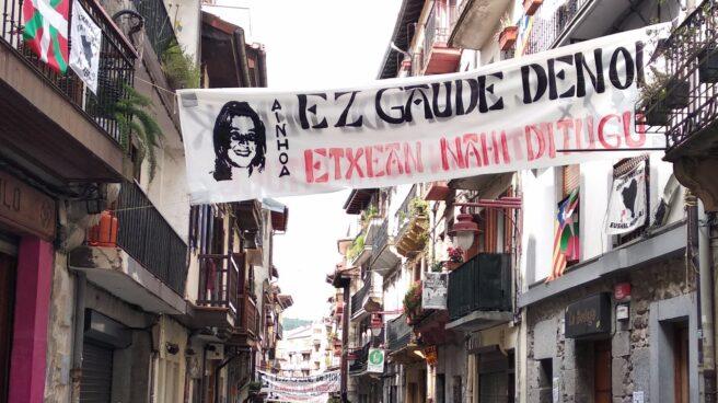 Varias pancartas reclaman el traslado de presos de ETA al País Vasco.