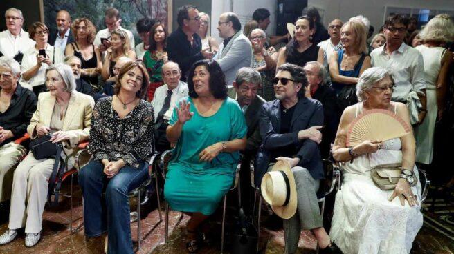 La actriz Nuria Espert, la ministra de Justicia, Dolores Delgado, la escritora Almudena Grandes, el cantante Joaquín Sabina, y la actriz Pilar Bardem., en la toma de posesión de Luis García Montero.