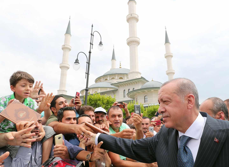 """Erdogan dice que Turquía ganará """"la guerra económica"""" mientras Trump anuncia nuevas sanciones"""