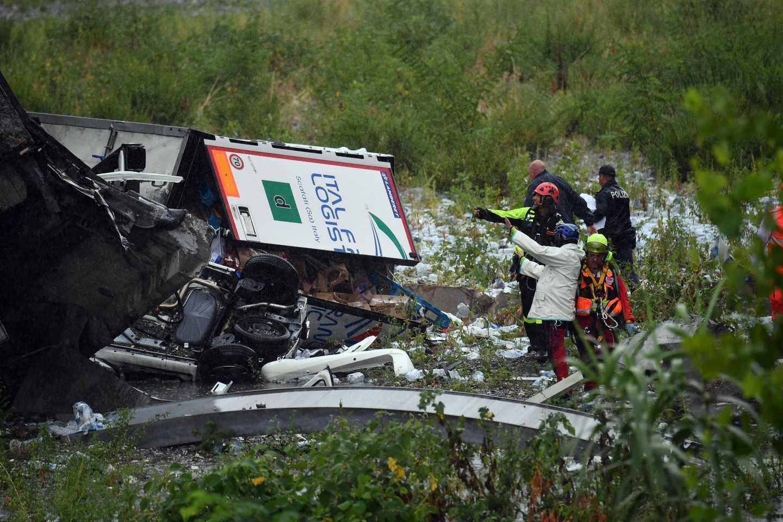 Un vehículo arrastrado por la caída del viaducto en Génova
