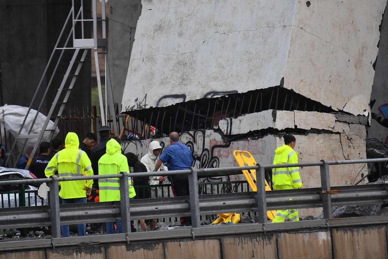 Varios miembros de los equipos de rescate