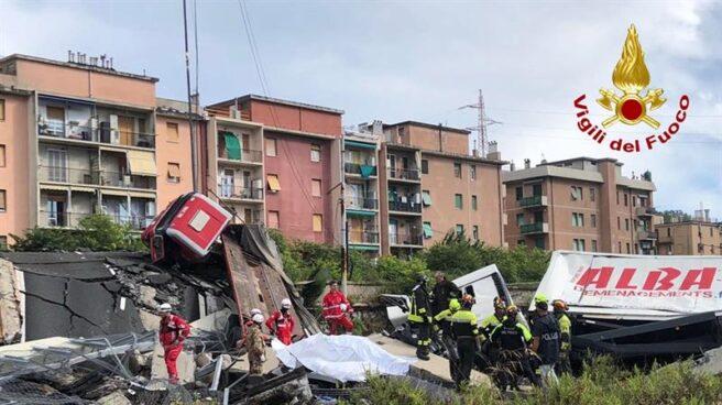 Servicios de emergencia buscan entre los escombros tras el derrumbe de un puente en Génova (Italia).