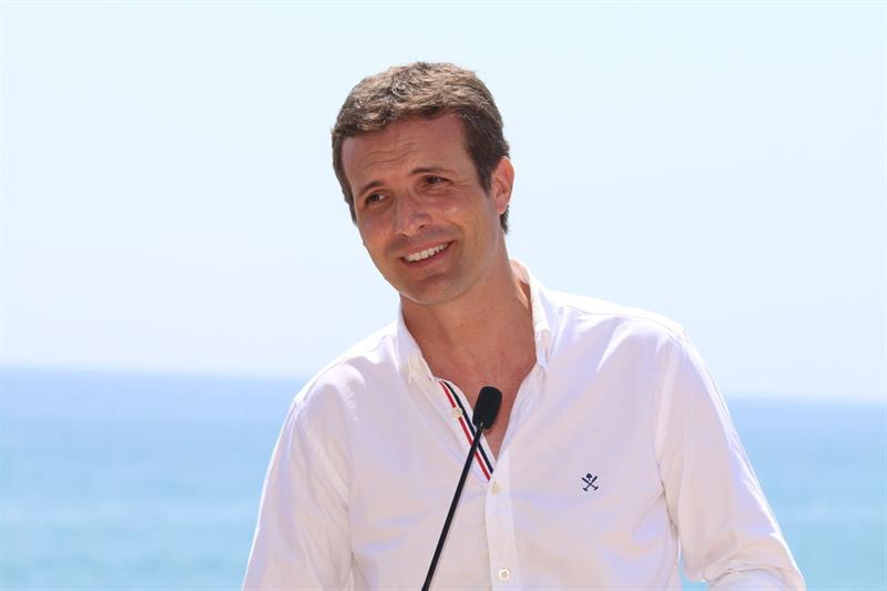 Pablo Casado durante su visita a Roquetas de Mar (Almería)