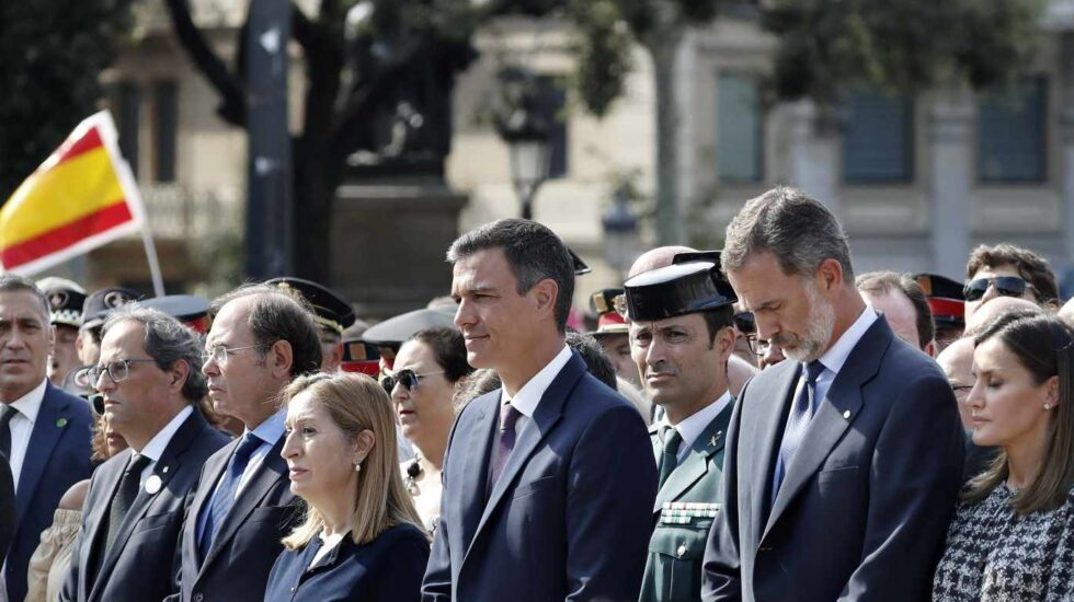 El rey Felipe VI, el presidente Pedro Sánchez y el resto de autoridades durante en el aniversario del 17-A