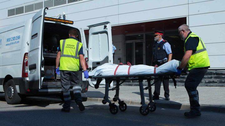 Los Mossos retiran los restos del presunto terrorista de Cornellà.