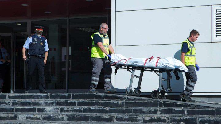 Los Mossos retiran el cuerpo del presunto terrorista de Cornellà.