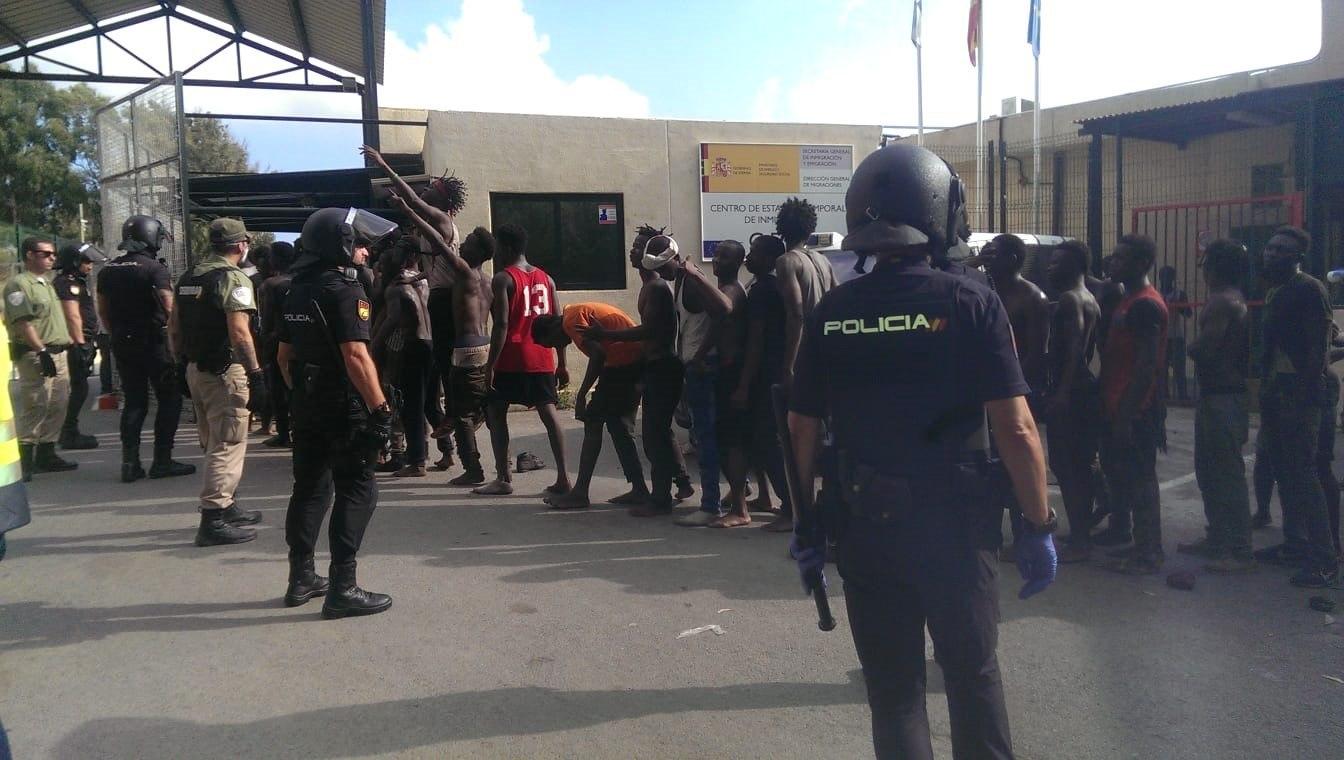 Operación policial con inmigrantes en Ceuta.