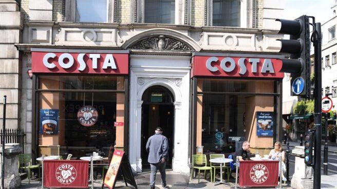 Un cliente entra en una tienda de Costa Coffe, en Londres, Reino Unido.